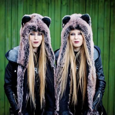 Studenttvillingene Mona og Linda Pedersen har kledd seg likt siden ungdomsskolen. De blir lagt merke til når de går på gata.