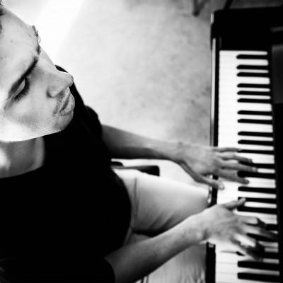 Thomas Tvedt framfører sin egenkomponerte sang som handler om å angre på å ha gitt for mye når noe blir brutt, når forventninger ikke innfris og når det man ønsker skal funke, ikke gjør det.